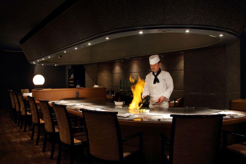 """職人技が光る調理風景も""""おいしさ""""生み出す要素の一つ"""