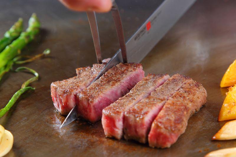 目の前で調理された山形牛や米沢牛を味わえる鉄板焼